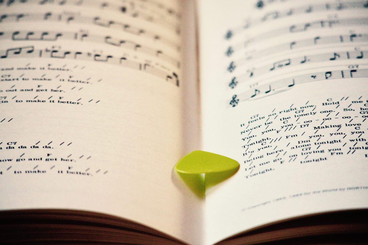 楽譜とピック