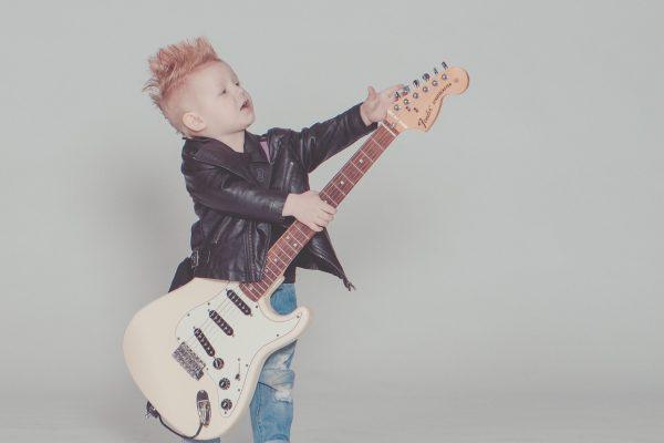 ギターを持った少年